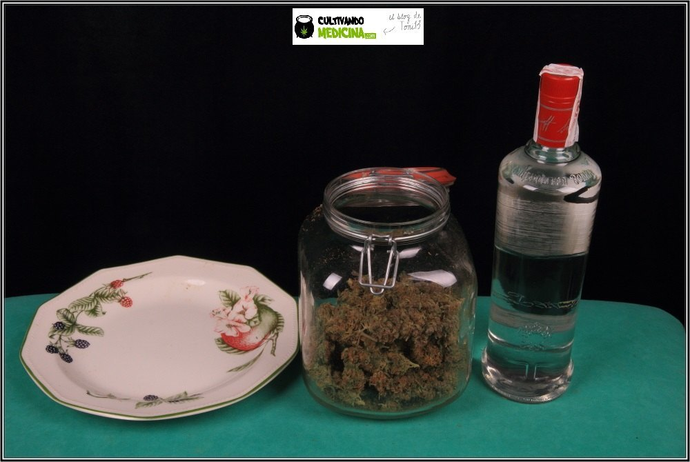 Elaboración paso a paso de cómo hacer tintura de marihuana: Introducir marihuana en el tarro.