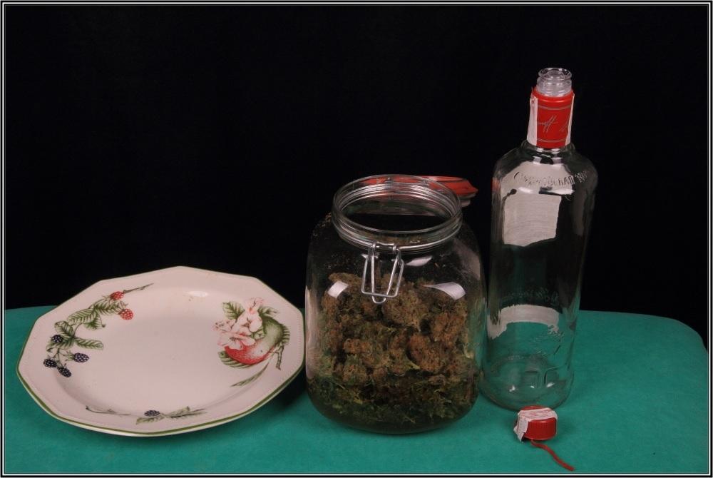 Elaboración paso a paso de cómo hacer tintura de marihuana: Introducir marihuana.